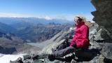 Pause im unteren Teil des Felsvorbaus des Pollux mit Blick ins Val de Veraz