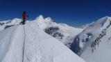 Nach den Felsen gehts noch ca. 100 m einen Firngrat hoch bis zum Gipfel